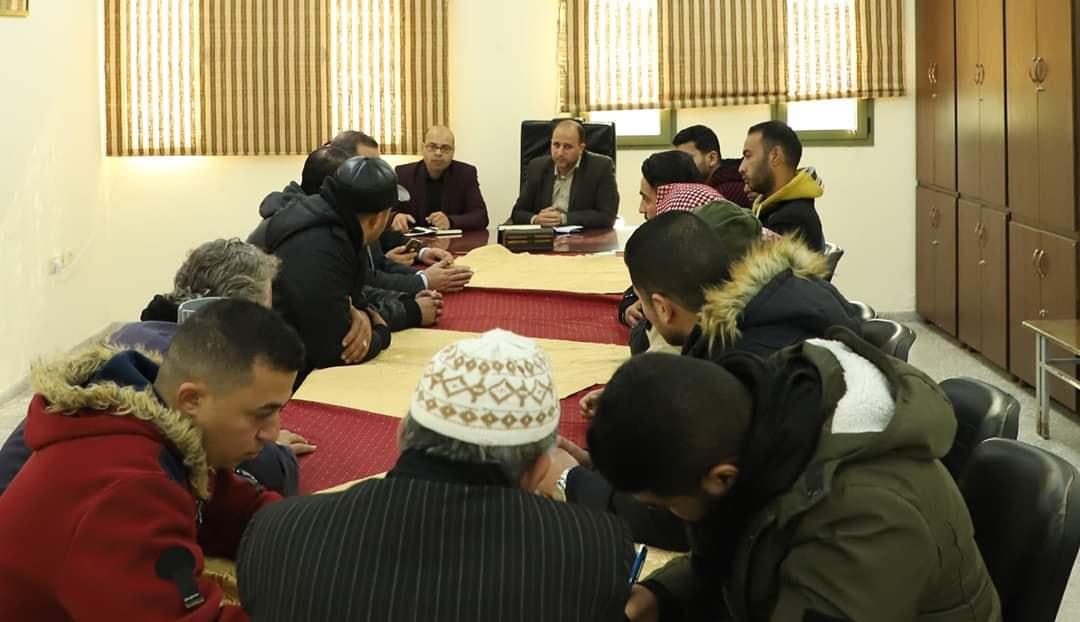 بلدية خان يونس تعقد اجتماعًا مع أصحاب البسطات لمناقشة حملة تنظيم المدينة
