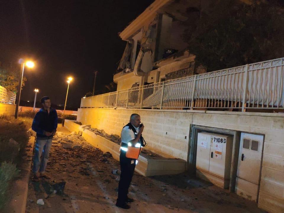 خراب كبير إثر إطلاق صاروخ من غزة على بئر السبع المحتلة