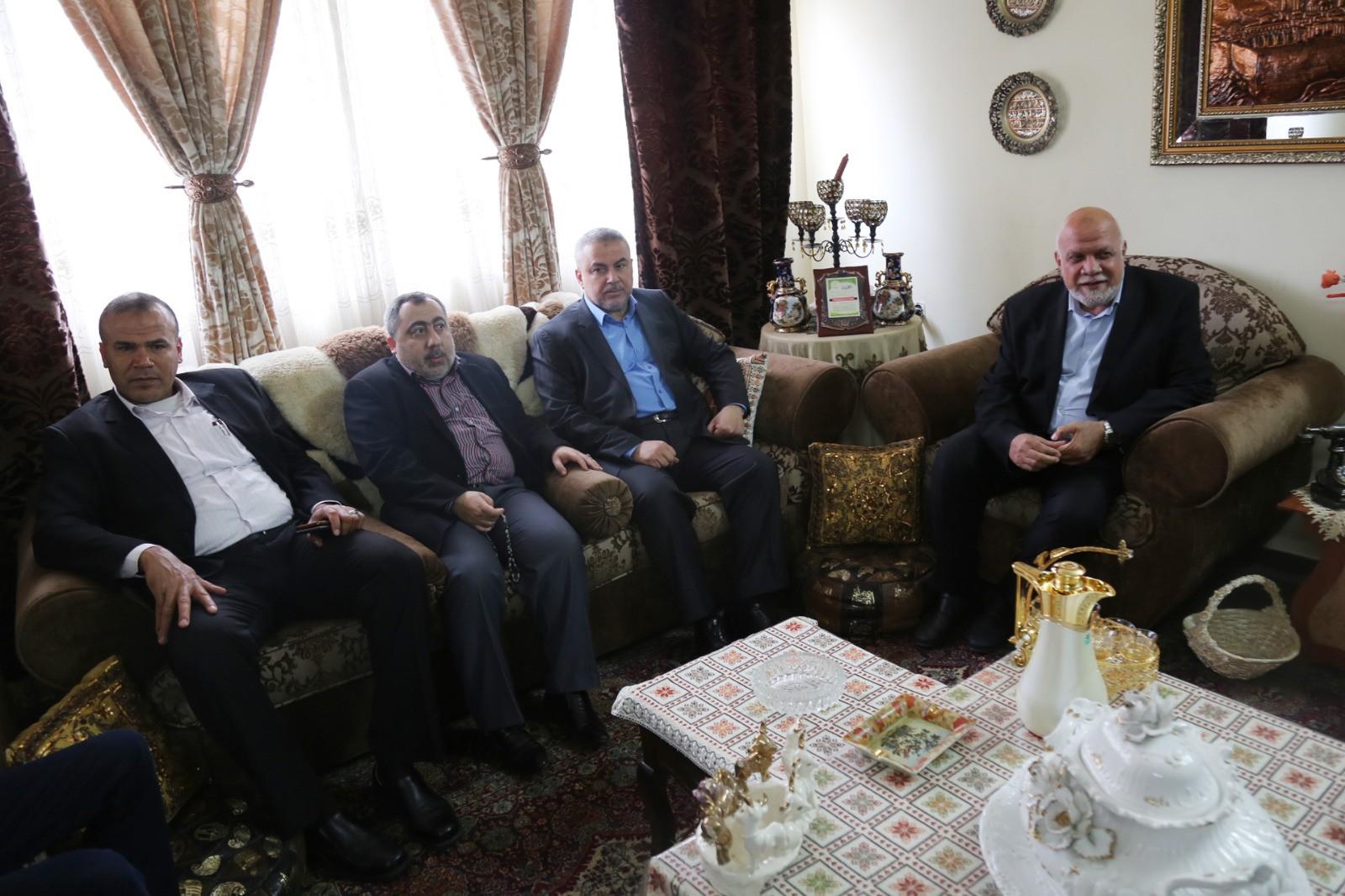 هنية وقيادات حماس يزورون عائلة الشهيد عبدالعزيز الرنتيسي
