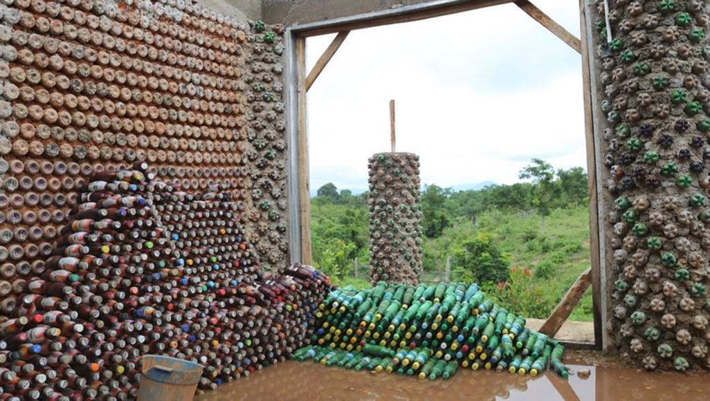 في نيجيريا.. منزل من البلاستيك للتخفيف من أضراره على البيئة