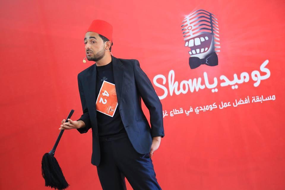"""أبو رزق يتوج بدرع  مسابقة """"كوميديا شو"""" بخان يونس"""