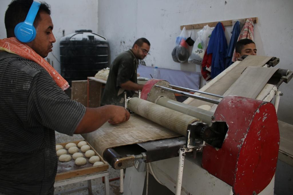المخبز اليدوي.. بديل الغزيين في أزمة الكهرباء