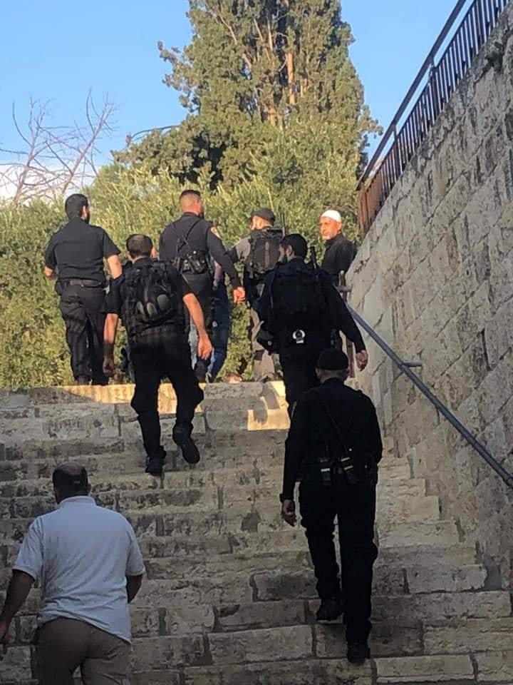 الاحتلال يعتقل عددًا من المصلين بالأقصى