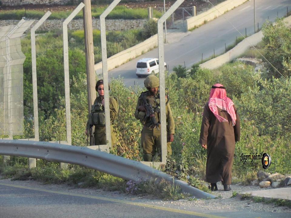 أهالي تقوع في بيت لحم يتظاهرون احتجاجاً بإغلاق مدخل البلدة