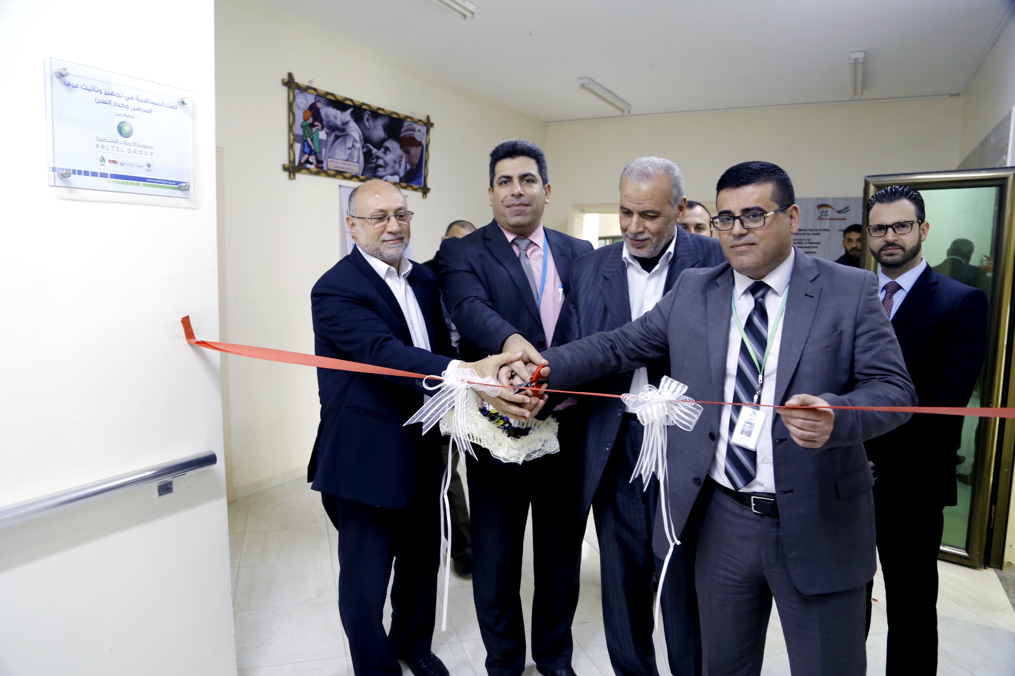 """"""" الاتصالات """" تفتتح مشروعها  لدعم مسني الوفاء بغزة"""