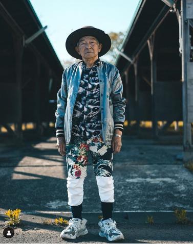 """عجوز عمره 84 عاما يقتحم عالم الأزياء ويشعل """"الإنستغرام"""""""