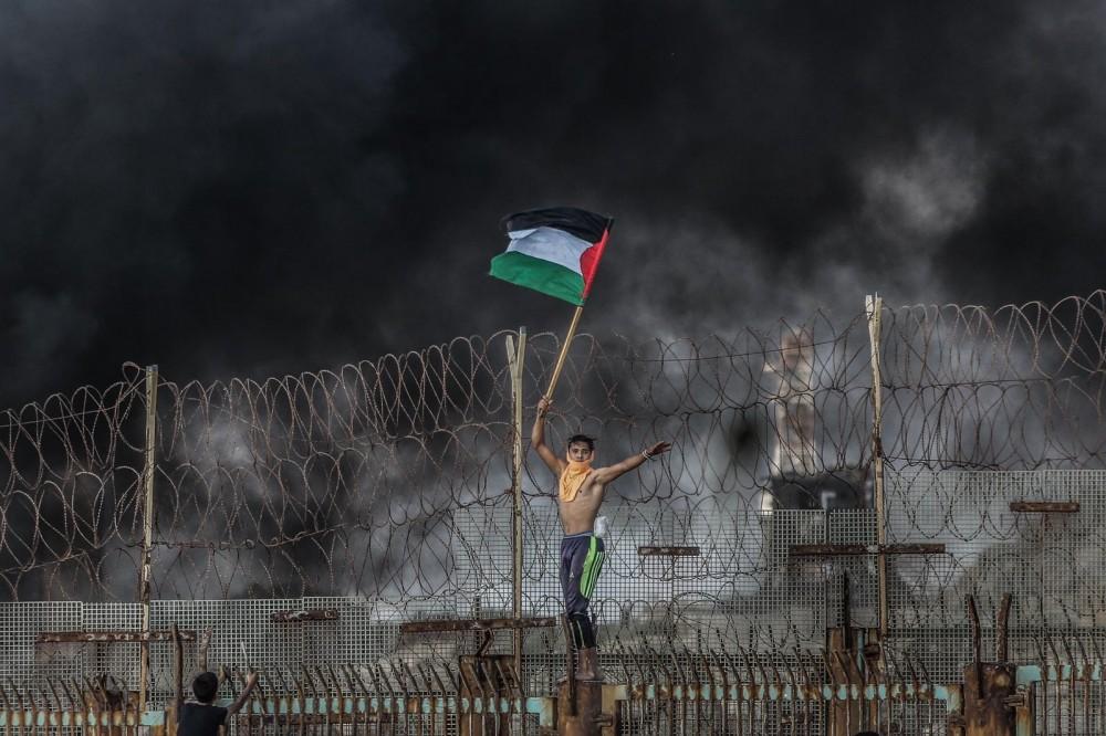 """المصور الجريح """"درويش"""" يحصد المركز الأول بجائزة الخان الأحمر"""