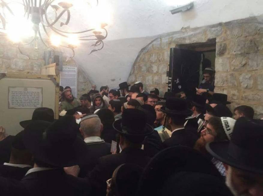 """مئات المستوطنين اقتحموا """"قبر يوسف"""" فجرا"""