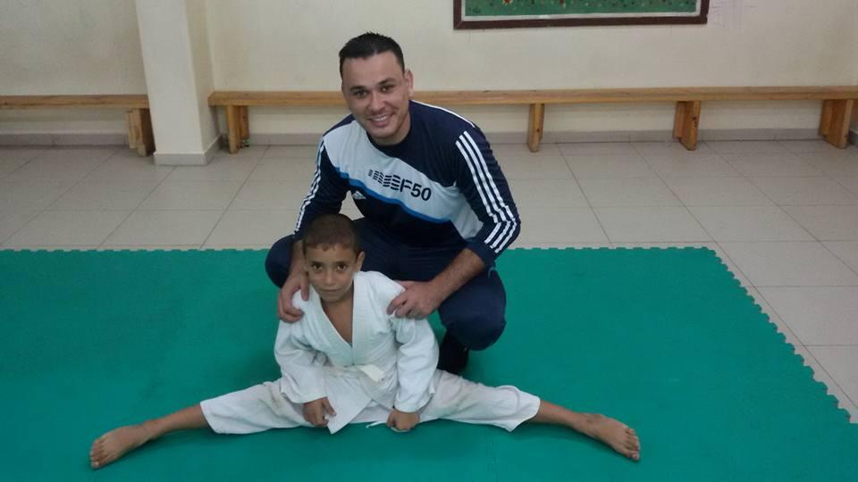 """المدرّب """"حمّاد"""".. الرّياضةُ مهارةٌ وعلاجٌ وتفوّقُ بالشخصيةِ"""