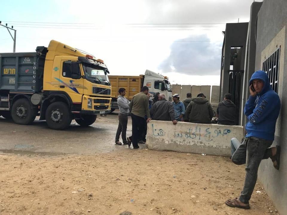 """شركات النقل تعلق العمل بمعبر """"كرم أبو سالم"""""""